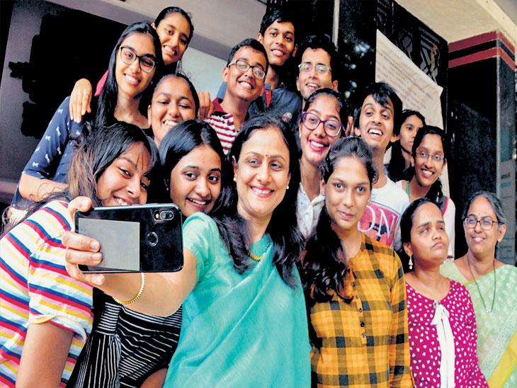 बारावी निकालानंतर मुंबईच्या माटुंगा कॉलेजमध्ये विद्यार्थ्यांनी पालकांसोबत सेल्फी घेतली - Divya Marathi