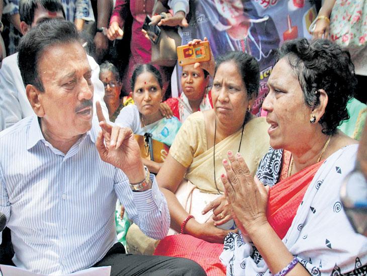 डॉ. पायल तडवीच्या कुटुंबीयांची वैद्यकीय शिक्षणमंत्री गिरीश महाजन यांनी भेट घेऊन त्यांचे सांत्वन केले. - Divya Marathi