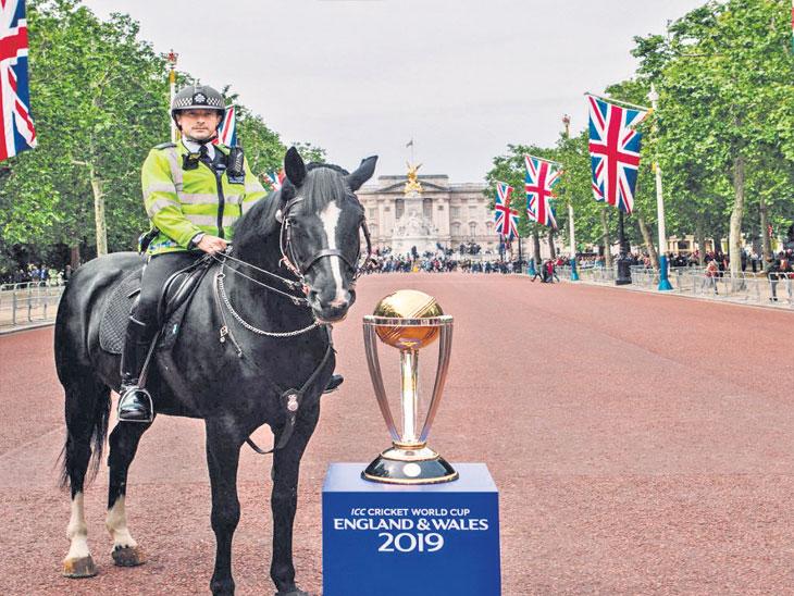 बकिंघम पॅलेससमोर बनलेल्या लंडन मॉलबाहेर विश्वचषक ट्रॉफीच्या सुरक्षेसाठी असलेले पोलिस. या प्रतिष्ठित मॉलसमोर ब्रिटनची प्रसिद्ध लंडन मॅरेथॉनदेखील पूर्ण होते - Divya Marathi