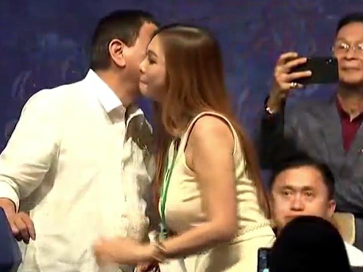 फिलिपाइन्सच्या राष्ट्राध्यक्षांनी एकानंतर-एक 5 तरुणींना स्टेजवर बोलावले; सर्वांसमोर कुणाला गालावर तर कुणाला ओठांवर केले Kiss|विदेश,International - Divya Marathi