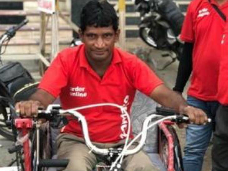 व्हीलचेअरवर करत होता फूड डिलिवरी, कंपनीने दिली इलेक्ट्रिक सायकल भेट; डिलिवरी बॉयने मानले आभार|ओरिजनल,DvM Originals - Divya Marathi