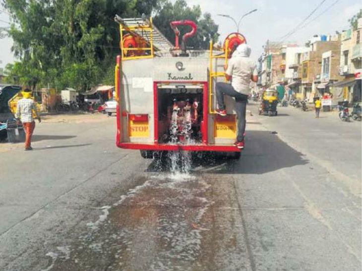 हे छायाचित्र राजस्थानातील चुरू येथील आहे. येथे वाढत्या तापमानामुळे सडकेचे डांबर वितळू नये म्हणून त्यावर पाणी टाकण्यात आले. - Divya Marathi