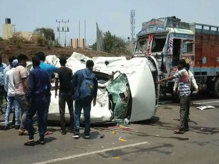 पुणे - बंगळुरु महामार्गावर कार आणि ट्रकचा भीषण अपघात;  औरंगाबादच्या ७ तरुणांचा  मृत्यू|सोलापूर,Solapur - Divya Marathi