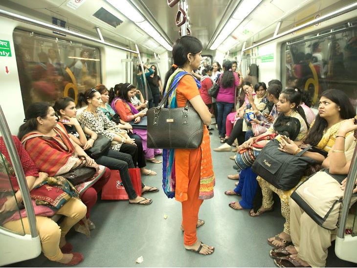 दिल्लीत महिलांना मोफत प्रवास; मेट्रो, डीटीसी बसमध्ये तिकीट घेण्याची नाही गरज, सीएम केजरीवाल यांची घोषणा देश,National - Divya Marathi