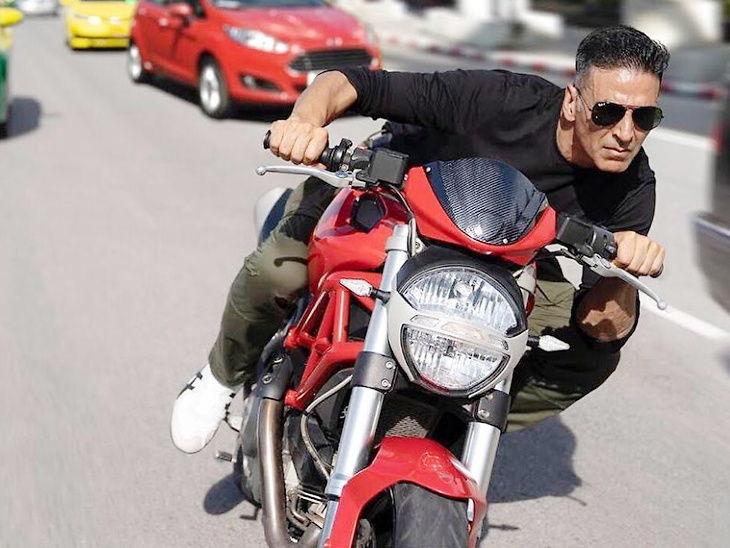 फोटोमध्ये हेल्मेट न घालता मोटरसायकल चालवतांना दिसला अक्षय, सोशल मीडिया यूजर्सने दिले सल्ले  - Divya Marathi