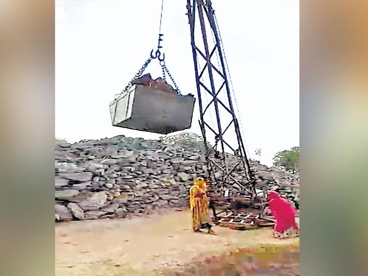 महिला चालवतात क्रेन तर पुरुष फोडतात पाषाण; विहीर खोदकाम करणाऱ्यांना 'ना विमा-ना सुरक्षा' औरंगाबाद,Aurangabad - Divya Marathi