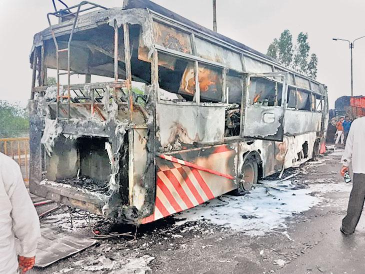उभ्या ट्रकवर आदळून बस पेटली, काच फोडून युवकांनी सर्व प्रवाशांना वाचवले|सोलापूर,Solapur - Divya Marathi