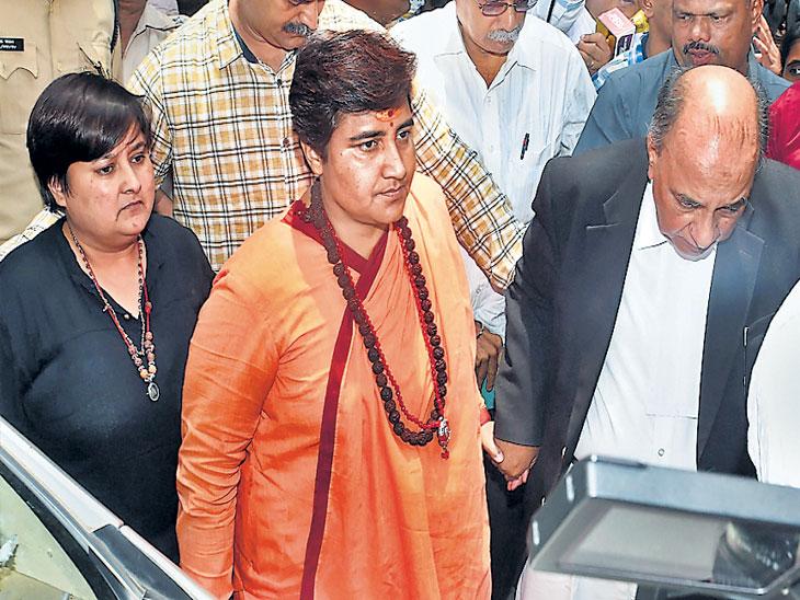 मालेगाव खटला : कोर्टाने फटकारल्यानंतर साध्वी सुनावणीस हजर; काेर्टात आरोपींच्या बाकावर साध्वीचा बसण्यास नकार|नाशिक,Nashik - Divya Marathi