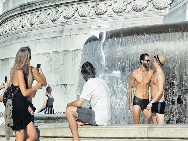 रोममध्ये प्रशासनाने पर्यटकांसाठी बनवले कडक नियम, पुरुष शर्ट काढून फिरले तर भरावा लागणार दंड; फाउंटेनला तोंड लावून पाणी पिण्यावर बंदी|विदेश,International - Divya Marathi