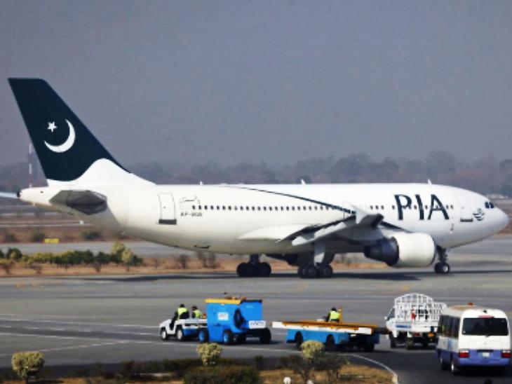 पाक एअरलाइनमध्ये एका महिलेने टॉयलेट समजून उघडले इमरजेन्सी गेट; विमान रनवेवर असताना घडली घटना विदेश,International - Divya Marathi