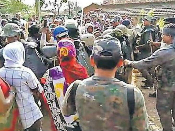 चेटकीण म्हणून वृद्ध महिलेला करत होते मारहाण, पोलिस पोहचले तेव्हा गावकऱ्यांनी त्यांनाच ठेवले ओलिस|देश,National - Divya Marathi