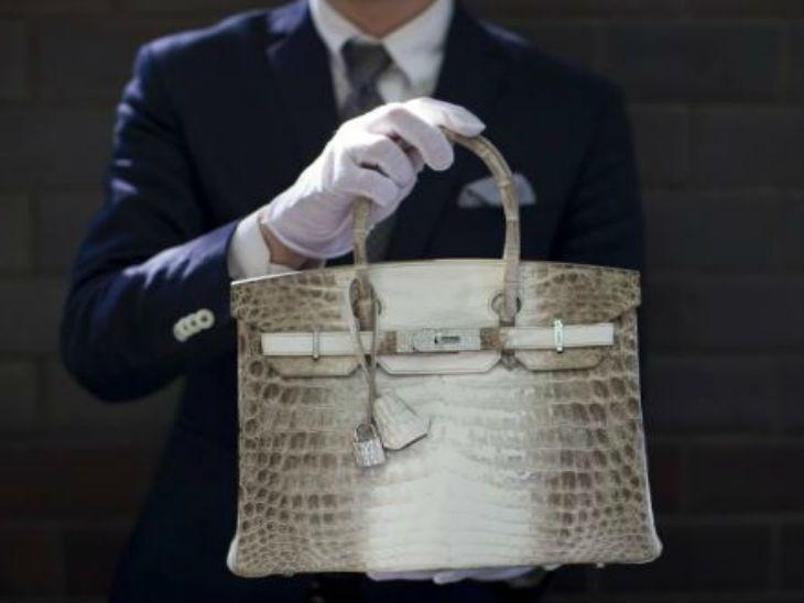 1.44 कोटी रूपयांमध्ये झाला या हँडबॅगचा लिलाव, जगातील दुसरी महागडी पर्स...  - Divya Marathi
