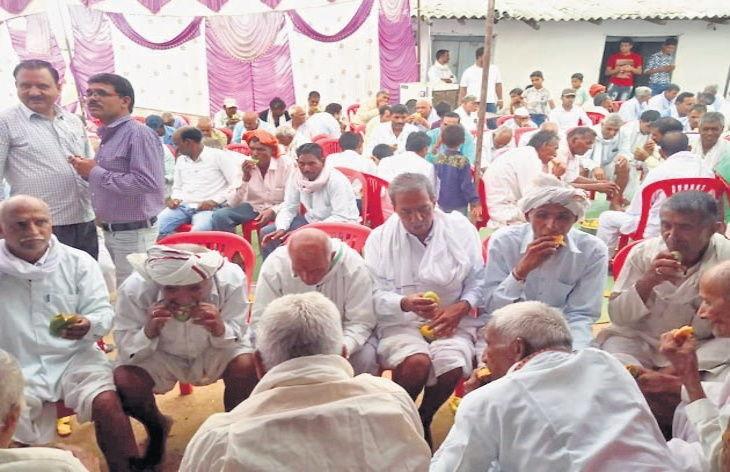 आजोबाला दिलेले वजन पूर्ण करण्यासाठी मोफत वाटत आहे आंबे, दरवर्षी देतात मॅंगो पार्टी|देश,National - Divya Marathi