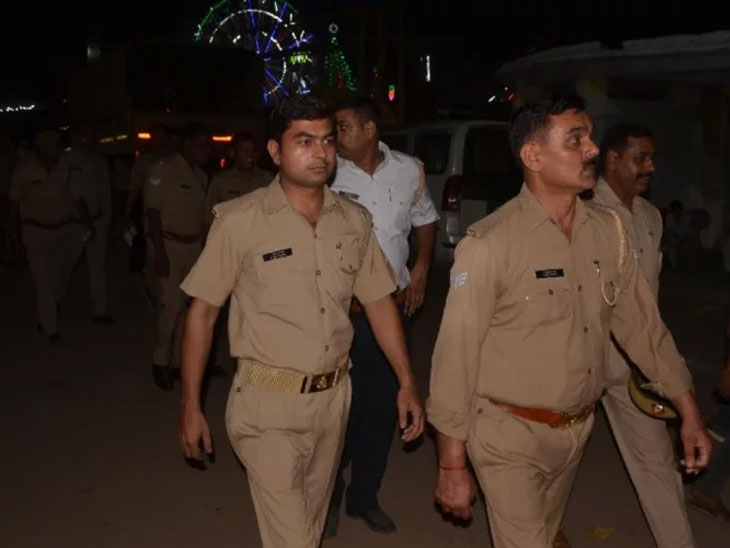 पोलिस शिपायावरील प्रेमामुळे दोन महिला कांस्टेबलमध्ये झाली तुंबळ हाणामारी, रात्री 11 वाजता जत्रेत सुरू झाला हा हाय व्होल्टेज ड्रामा  - Divya Marathi