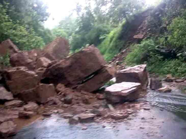 मोटारसायकलवरून फिरायला गेलेल्या दोन मित्रांवर काळाचा घात, डोंगरावरून पडले मोठ-मोठी दगडं अन...|देश,National - Divya Marathi