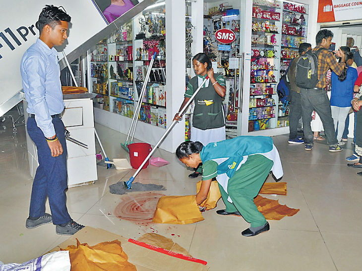 मॉलमधील एस्केलेटरमध्ये अडखळून दुसऱ्या मजल्यावरून खाली पडला 12 वर्षीय मुलगा, जागीच झाला मृत्यू|देश,National - Divya Marathi