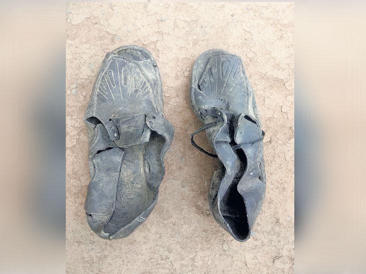 विहिरीतील गाळ काढताना आढळला रहस्यमय दीड फूट लांबीचा बूट| - Divya Marathi