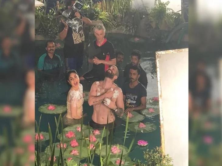 तलावात कमळांच्या फुलांमध्ये अंघोळ करताना दिसली करिना कपूर, वेगाने व्हायरल होत आहेत तिचे फोटोज| - Divya Marathi