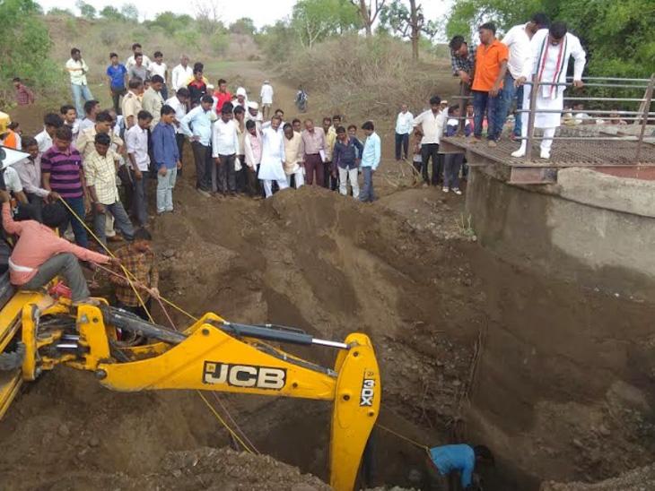 विहिरीजवळील माती खचल्याने चार मुले दबली; एका मुलाचा गुदमरून मृत्यू|नागपूर,Nagpur - Divya Marathi