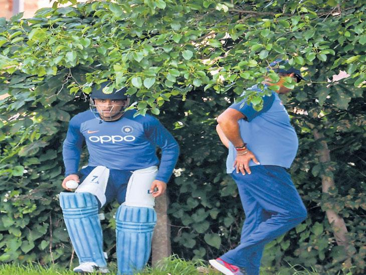 ज्याने चेंडू मारला, त्यानेच आणावा : सरावादरम्यान झाडांत हरवला चेंडू, धोनी- शास्त्रींनी शोधून आणावा स्पोर्ट्स,Sports - Divya Marathi