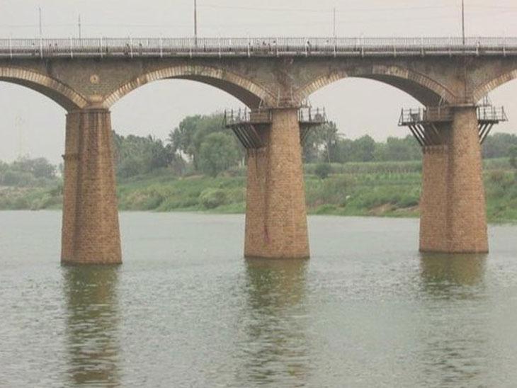 एकतर्फी प्रेमातून तरुणाची आत्महत्या, नकार दिल्यामुळे तरुणीसमोरच घेतली कृष्णा नदीत उडी|सोलापूर,Solapur - Divya Marathi