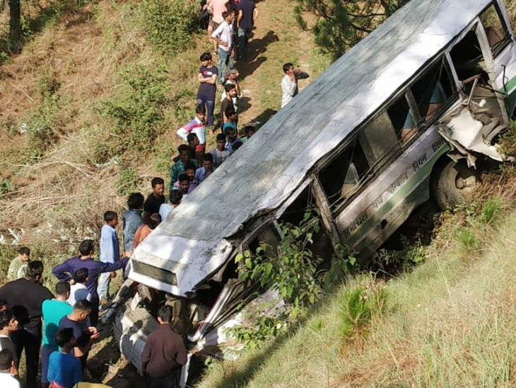 जम्मू-काश्मीरमध्ये नियंत्रण सुटल्याने खोल दरीत कोसळली बस; 33 जणांचा मृत्यू, मृतांचा आकडा वाढण्याची भीती|देश,National - Divya Marathi