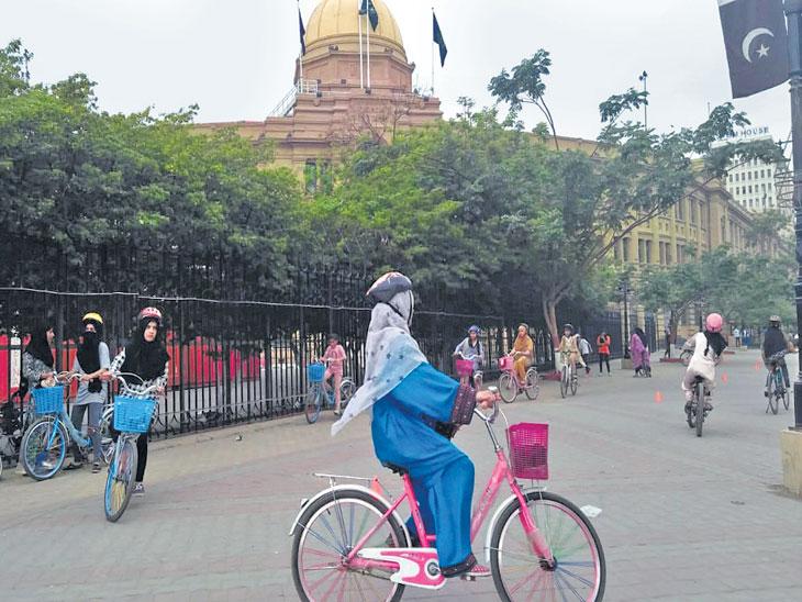 पाकिस्तान : मुलींच्या आयुष्यात स्वातंत्र्य अन् परिवर्तनाचे माध्यम बनलीय सायकल; विरोधानंतरही बदलाचा वेग सातत्याने वाढताेय विदेश,International - Divya Marathi