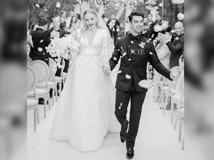 फर्स्ट फोटो : प्रियांकाची जाऊ सोफीने शेअर केला लग्नाचा पहिला फोटो, लिहिले, 'मिस्टर अँड मिसेस जोनस'| - Divya Marathi