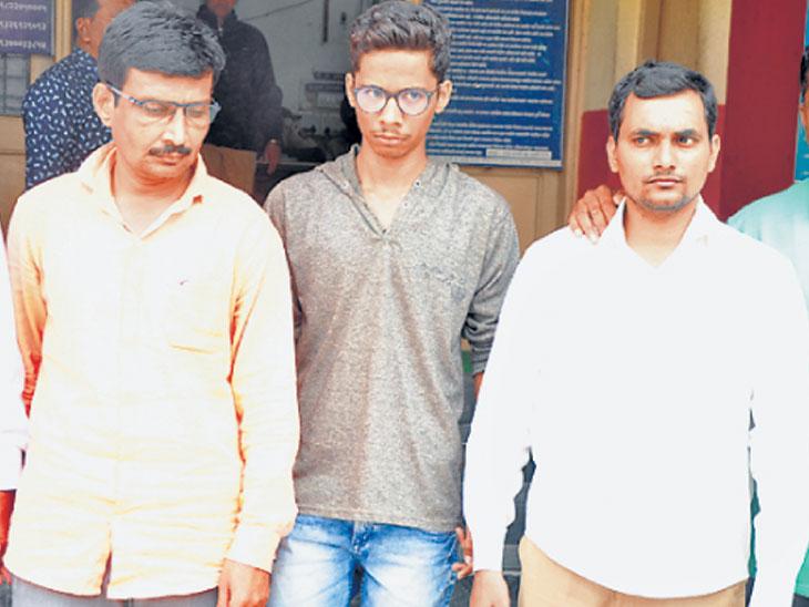 आरोपी (़डावीकडून) राजेंद्र जैन, लोकेश जैन आणि व्यवस्थापक अंकुर राणे. - Divya Marathi