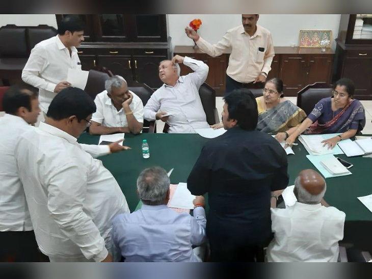 कर्नाटकात राजकीय भूकंप ; काँग्रेस आणि जेडीएसचे 12 आमदार विधानसभा अध्यक्षांच्या भेटीला, राजीनामा देण्याचा अंदाज|देश,National - Divya Marathi
