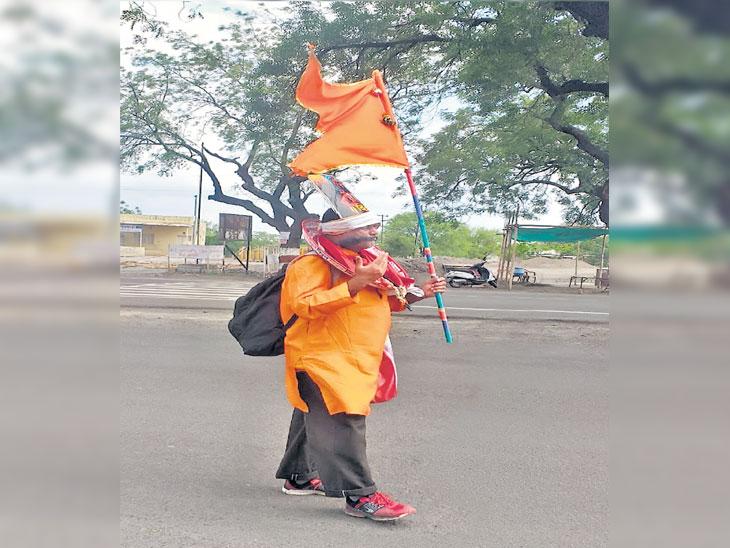 बावीस वर्षांपासून उलटे चालत पंढरीची वारी; पुणे जिल्ह्यातील बापूराव गुंड यांच्या अनाेख्या वारीची चर्चा सोलापूर,Solapur - Divya Marathi