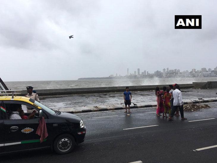 मरीन ड्राईव्हच्या समुद्रात दोन तरुण बुडाले; एकाला बुडताना पाहून दुसऱ्याने केला वाचवण्याचा प्रयत्न, मोठ्या लाटेने दोघांनाही ओढले आत मुंबई,Mumbai - Divya Marathi