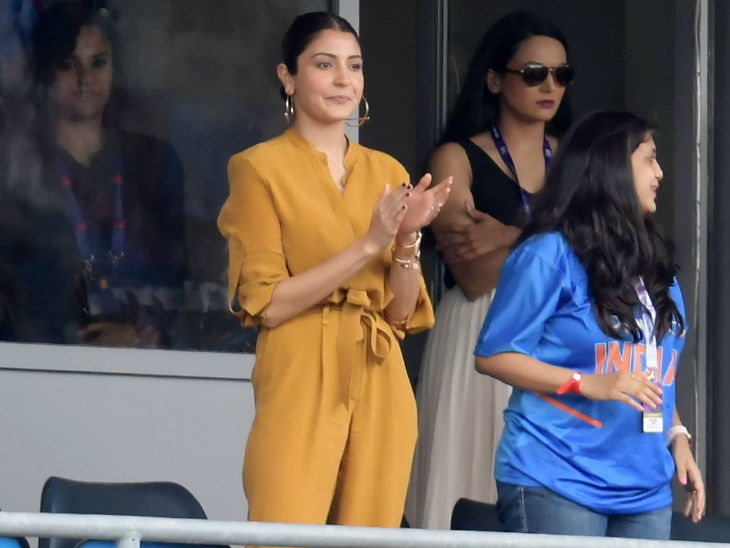 भारत-श्रीलंकेची मॅच पाहण्यासाठी लीड्सला पोहोचली अभिनेत्री अनुष्का शर्मा, भारताला चियर करताना दिसली| - Divya Marathi