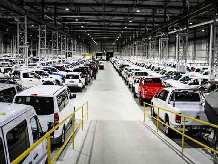 देशात कारच्या विक्रीत ४०% घट; दीड वर्षात देशात सुमारे २५० डीलरशिप बंद, २५ हजार लोक बेरोजगार|ऑटो,Auto - Divya Marathi