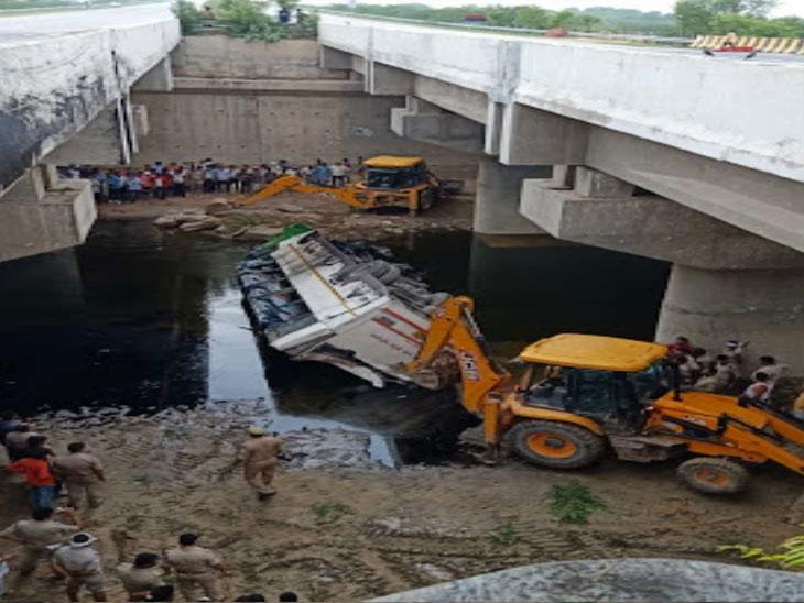 भीषण अपघात : लखनऊ ते दिल्ली जाणारी भरधाव बस यमुना एक्सप्रेसवेच्या पुलावरून नाल्यात पडली; 29 जणांचा मृत्यू, 20 जखमी|देश,National - Divya Marathi