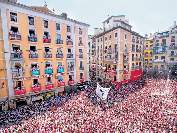 स्पेनमध्ये ८ दिवस चालणारा सॅन फर्मिन फेस्टिव्हल सुरू, यामध्ये लोकांच्या अंगावर सोडले जातात सांड विदेश,International - Divya Marathi
