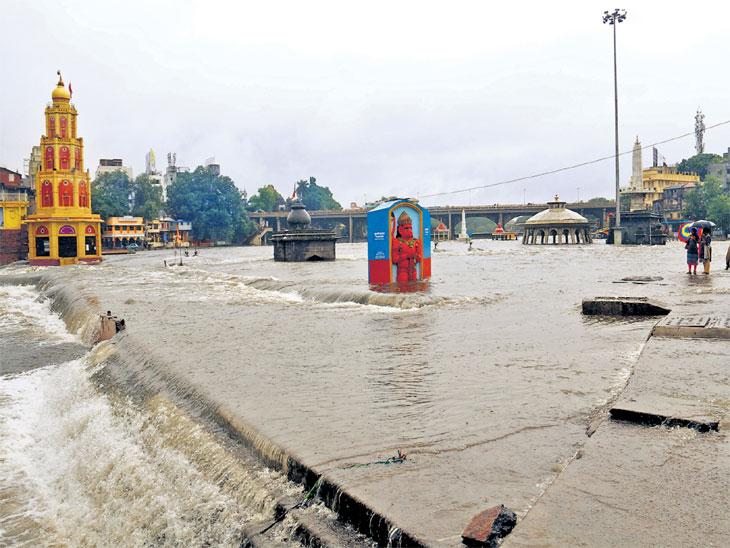रामकुंड परिसरातील दुतोंड्या मारुतीची मूर्ती जवळपास निम्मी पाण्याखाली होती. - Divya Marathi