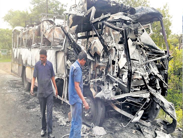 ओव्हरटेक करताना एसटी बस व ट्रकची समोरासमोर धडक;  एसटी जळाली, होरपळल्याने २३ प्रवासी जखमी|अहमदनगर,Ahmednagar - Divya Marathi