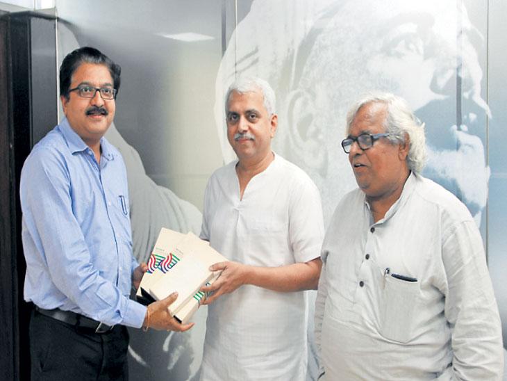 वंदे मातरम चित्रपटाचे फुटेज सतीश जकातदार यांनी चित्रपट संग्रहालयाचे संचालक प्रकाश मगदूम यांना सुपूर्द केले. - Divya Marathi