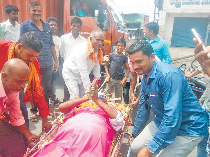 पावसासाठी हमालांनी काढली जिवंत माणसाची प्रेतयात्रा|जळगाव,Jalgaon - Divya Marathi