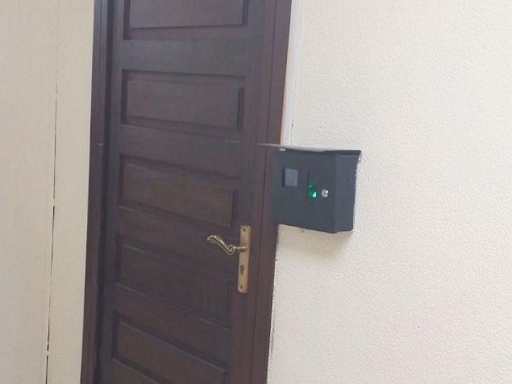 पाकिस्तान सरकारचा अजब प्रकार; मंत्रालयातील अधिकाऱ्यांच्या टॉयलेटमध्ये कर्मचाऱ्यांना जाता येऊ नये म्हणून लावले 'बायोमॅट्रिक मशीन्स'  - Divya Marathi