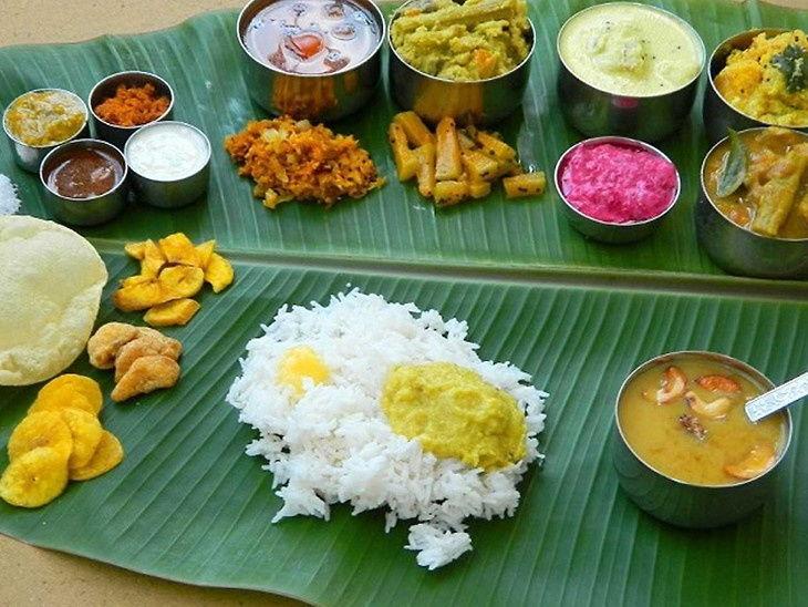 दक्षिण भारतात प्रचलित आहे केळीच्या पानावर जेवण करण्याची परंपरा, याने होतो लाभ धर्म,Dharm - Divya Marathi