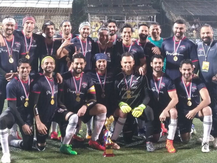 कारगिलच्या विजयाला झाली 20 वर्षे पूर्ण, यानिमित्ताने बॉलिवूड स्टार्स जवानांसोबत खेळले फुटबॉल| - Divya Marathi