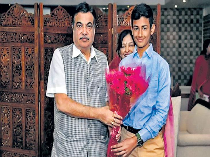 महाराष्ट्रातील १२ वर्षांच्या मुलाने वाहतूक नियमांसंदर्भात विकसित अॅप्सचे केले गडकरी यांच्यासमाेर सादरीकरण|देश,National - Divya Marathi
