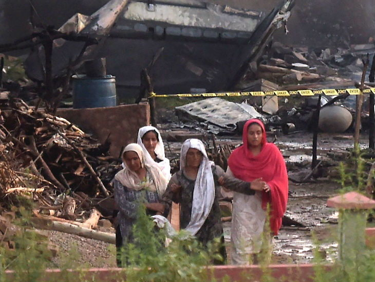 पाकिस्तानच्या रहिवासी भागात लष्करी विमान कोसळले, क्रूर मेंबर्स आणि स्थानिकांसह 19 जणांचा मृत्यू|विदेश,International - Divya Marathi