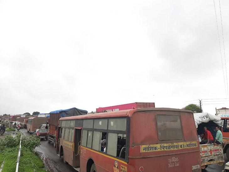 मुंबई-आग्रा महामार्गावरील ओझरमध्ये 2 तास वाहतूक कोंडी;  वाहनधारकांनकडून नियम धाब्यावर, अवजड वाहणे करताय रस्त्याच्या दुतर्फा सर्व्हिस रोडवरून प्रवास|पुणे,Pune - Divya Marathi
