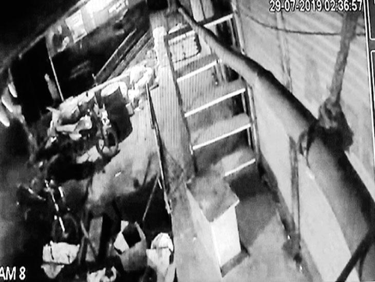 चौघांनी कुत्री हाकलली, २० मिनिटे कुलूप न तुटल्याने दरोडा टळला! औरंगाबाद,Aurangabad - Divya Marathi