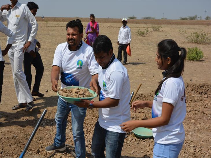 कर्नाटक सीमेचा पाणी प्रश्न मिटवण्यास टीम 'पळशीची पीटी' चा सहभाग, कलाकारांनी केले श्रमदान| - Divya Marathi
