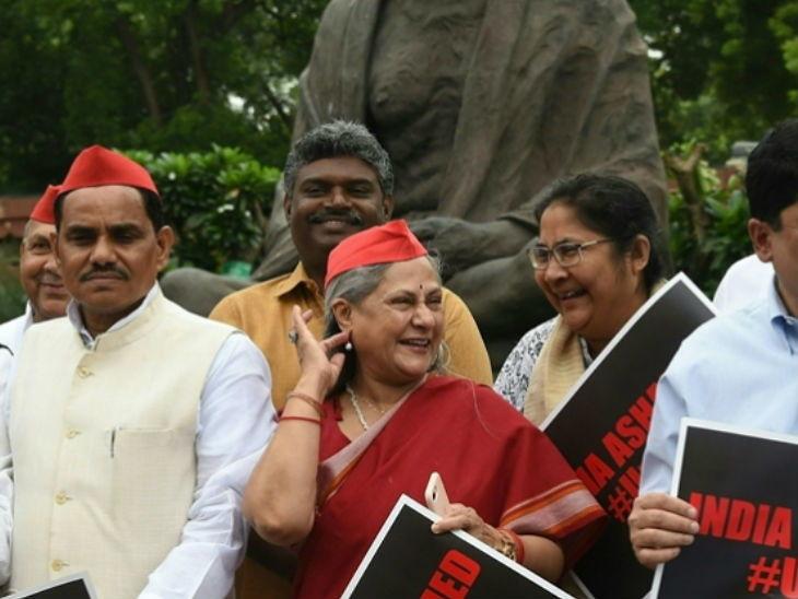 उन्नाव रेप पीडितेसाठी न्याय मागत असताना जया बच्चन यांचा खळखळून हसतानाचा फोटो झाला व्हायरल, लोकांनी विचारले - 'हे कसले प्रदर्शन ?'| - Divya Marathi