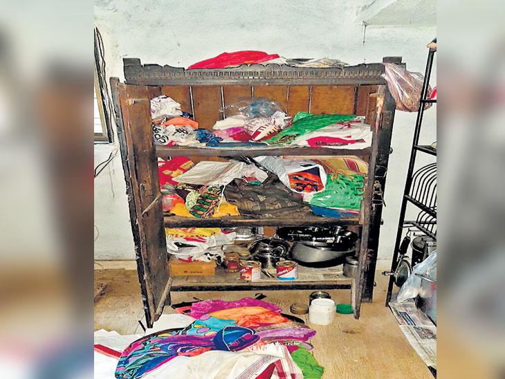 सर्वांना खोलीमध्ये कोंडले; घरात दरोडेखोरांचा अर्धा तास धुमाकूळ, शस्त्राचा धाक दाखवून अडीच लाखांचा ऐवज लंपास| - Divya Marathi